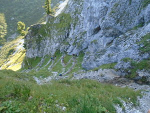 Výstup kamenitou serpentinou